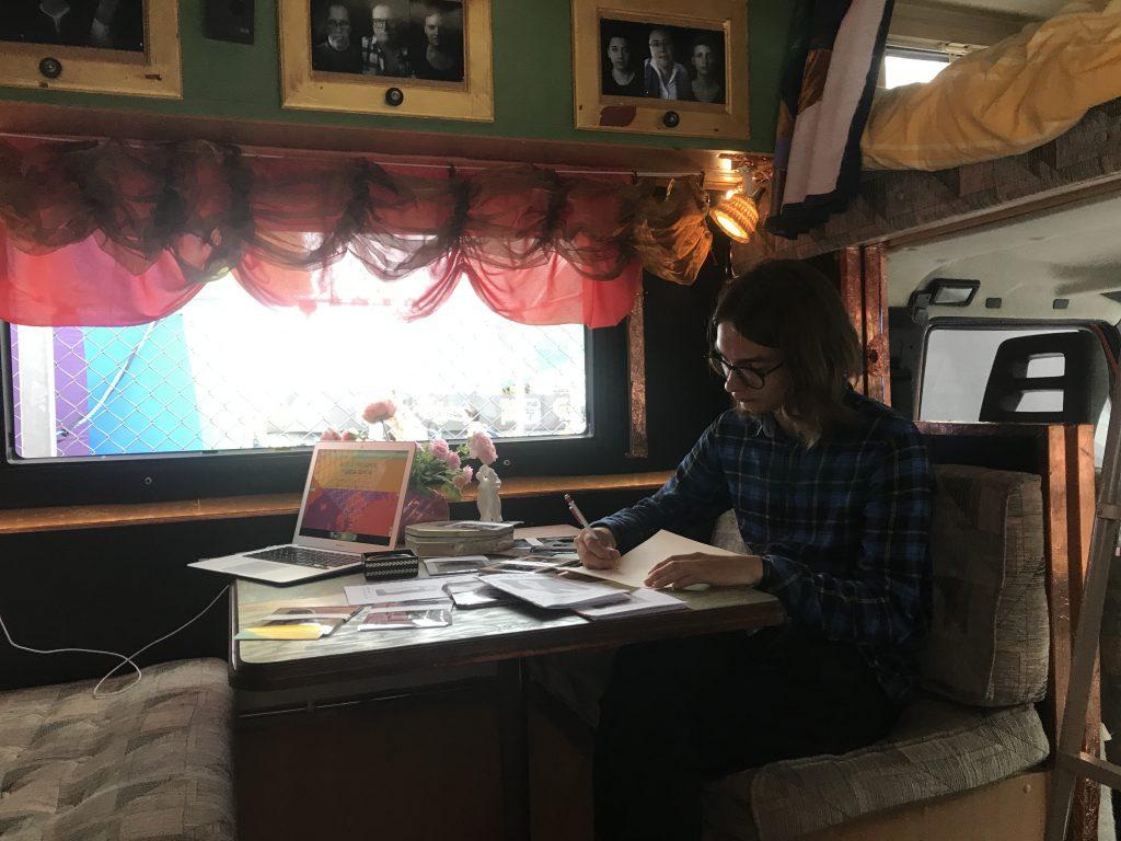 En besökare skriver brev i konstverket Hemlängtan
